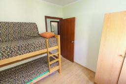 Спальня. Черногория, Игало : Апартамент с большим балконом и видом на море, гостиная, 3 спальни, стиральная машина, Wi-Fi