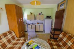 Гостиная. Черногория, Игало : Апартамент с большим балконом и видом на море, гостиная, 3 спальни, стиральная машина, Wi-Fi