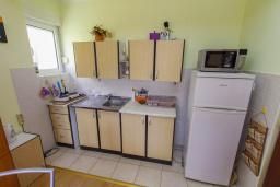 Кухня. Черногория, Игало : Апартамент с большим балконом и видом на море, гостиная, 3 спальни, стиральная машина, Wi-Fi