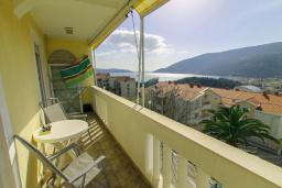 Балкон. Черногория, Игало : Апартамент с большим балконом и видом на море, гостиная, 3 спальни, стиральная машина, Wi-Fi