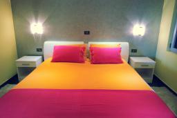 Спальня. Черногория, Пржно / Милочер : Вилла с шикарным видом на море, двумя гостиными, четырьмя спальнями, тремя ванными комнатами, гаражом, Wi-Fi