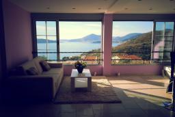 Гостиная. Черногория, Пржно / Милочер : Вилла с шикарным видом на море, двумя гостиными, четырьмя спальнями, тремя ванными комнатами, гаражом, Wi-Fi