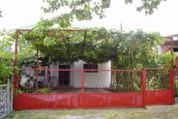 Фасад дома. Черногория, Сутоморе : Двухэтажный дом, 2 гостиные, 2 кухни, 6 спален, 2 ванные комнаты, место для барбекю, сад, 2 паркоместа