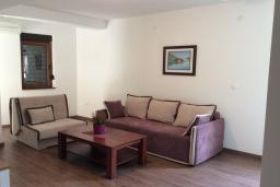 Гостиная. Черногория, Рафаиловичи : Апартамент в 150 метрах от пляжа, с гостиной и отдельной спальней