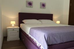 Спальня. Черногория, Рафаиловичи : Апартамент в 150 метрах от пляжа, с гостиной и отдельной спальней