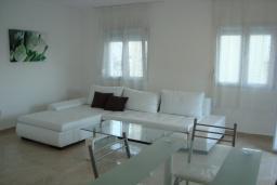 Гостиная. Черногория, Крашичи : Трехэтажный дом в 120 метрах от пляжа с панорамным видом на море, гостиная, 3 спальни, 3 ванные комнаты, терраса с мягкой качелью