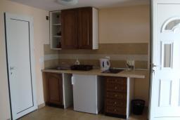 Студия (гостиная+кухня). Черногория, Крашичи : Студия в 20 метрах от пляжа, с кондиционер и плазменным телевизором