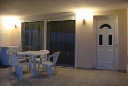 Терраса. Черногория, Крашичи : Апартамент в 20 метрах от пляжа, с гостиной и отдельной спальней
