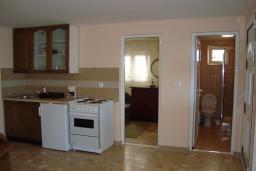 Гостиная. Черногория, Крашичи : Апартамент в 20 метрах от пляжа, с гостиной и отдельной спальней