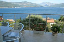 Вид на море. Черногория, Крашичи : Апартамент в 100 метрах от пляжа, с балконом и шикарным видом на море