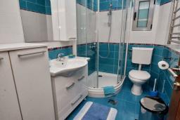 Ванная комната. Черногория, Рафаиловичи : Апартамент в 50 метрах от пляжа, с гостиной, отдельной спальней и балконом