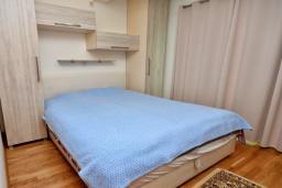 Спальня. Черногория, Рафаиловичи : Апартамент в 50 метрах от пляжа, с гостиной, отдельной спальней и балконом с видом на море