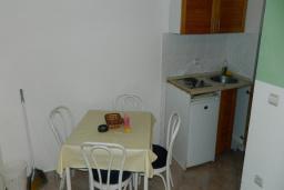 Кухня. Черногория, Рафаиловичи : Апартамент в 30 метрах от пляжа, с гостиной и отдельной спальней