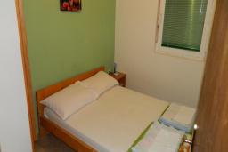 Спальня. Черногория, Рафаиловичи : Апартамент в 30 метрах от пляжа, с гостиной и отдельной спальней