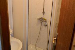 Ванная комната. Черногория, Рафаиловичи : Апартамент в 30 метрах от пляжа, с гостиной и отдельной спальней