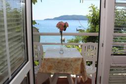 Балкон. Черногория, Рафаиловичи : Номер с балконом и видом на море, возле пляжа