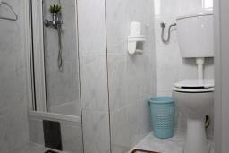 Ванная комната. Черногория, Рафаиловичи : Номер с балконом и видом на море, возле пляжа