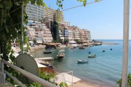 Вид на море. Черногория, Рафаиловичи : Номер с балконом и видом на море, возле пляжа