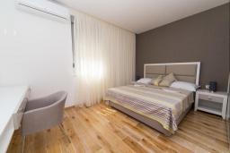 Спальня 2. Черногория, Рафаиловичи : Апартамент возле пляжа с балконом и шикарным видом на море, гостиная, 2 спальни, 2 ванные комнаты
