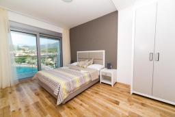 Спальня. Черногория, Рафаиловичи : Апартамент возле пляжа с балконом и шикарным видом на море, гостиная, 2 спальни, 2 ванные комнаты