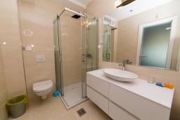Ванная комната 2. Черногория, Рафаиловичи : Апартамент возле пляжа с балконом и шикарным видом на море, гостиная, 2 спальни, 2 ванные комнаты