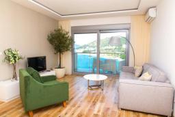 Гостиная. Черногория, Рафаиловичи : Апартамент возле пляжа с балконом и шикарным видом на море, гостиная, 2 спальни, 2 ванные комнаты