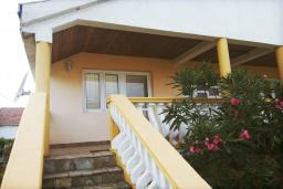 Фасад дома. Черногория, Велика плажа : Двухэтажный дом с террасой, 2 гостиные-кухни, 4 спальни, две ванные комнаты, 3 паркоместа, сад и место для барбекю