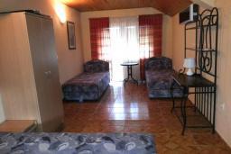 Спальня 3. Черногория, Велика плажа : Двухэтажный дом с террасой, 2 гостиные-кухни, 4 спальни, две ванные комнаты, 3 паркоместа, сад и место для барбекю