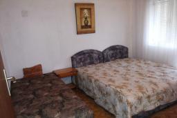 Спальня 4. Черногория, Велика плажа : Двухэтажный дом с террасой, 2 гостиные-кухни, 4 спальни, две ванные комнаты, 3 паркоместа, сад и место для барбекю