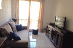 Гостиная. Черногория, Мельине : Апартамент в 70 метрах от пляжа, с гостиной, двумя спальнями и балконом