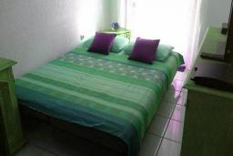 Спальня. Черногория, Мельине : Апартамент в 70 метрах от пляжа, с гостиной, двумя спальнями и балконом