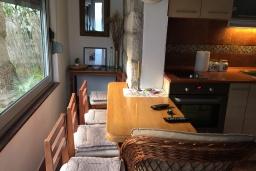 Обеденная зона. Черногория, Доброта : Апартамент возле пляжа, с гостиной и двумя отдельными спальнями
