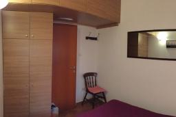 Спальня. Черногория, Доброта : Апартамент возле пляжа, с гостиной и двумя отдельными спальнями