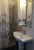 Ванная комната. Черногория, Доброта : Апартамент возле пляжа, с гостиной и двумя отдельными спальнями