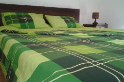 Спальня. Черногория, Доброта : Апартамент с видом на море в 30 метрах от пляжа