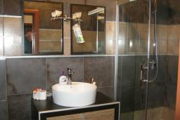 Ванная комната. Черногория, Будва : Апартамент с гостиной, отдельной спальней и балконом с видом на море