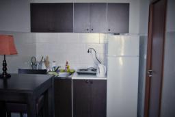 Кухня. Черногория, Будва : Апартамент с гостиной, отдельной спальней и балконом с видом на море