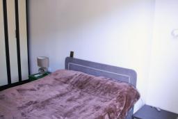 Спальня. Черногория, Будва : Апартамент с гостиной, отдельной спальней и балконом с видом на море