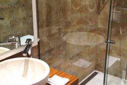 Ванная комната. Черногория, Рафаиловичи : Стандартный номер с французским балконом и видом на море