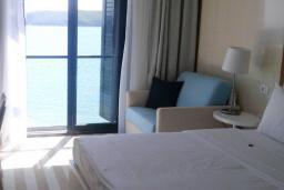 Спальня. Черногория, Рафаиловичи : Стандартный номер с французским балконом и видом на море