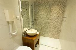 Ванная комната. Черногория, Рафаиловичи : Апартаменты с 1 спальней и видом на горы