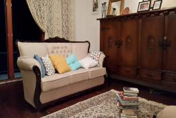 Гостиная. Черногория, Кримовица : Уютная вилла с бассейном, гостиной, кухней, 4 спальнями, 3 ванными комнатами, парковкой для двух машин