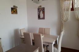 Обеденная зона. Черногория, Кримовица : Уютная вилла с бассейном, гостиной, кухней, 4 спальнями, 3 ванными комнатами, парковкой для двух машин