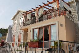 Фасад дома. Черногория, Кримовица : Уютная вилла с бассейном, гостиной, кухней, 4 спальнями, 3 ванными комнатами, парковкой для двух машин
