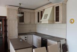Кухня. Черногория, Кримовица : Уютная вилла с бассейном, гостиной, кухней, 4 спальнями, 3 ванными комнатами, парковкой для двух машин