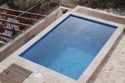 Бассейн. Черногория, Кримовица : Уютная вилла с бассейном, гостиной, кухней, 4 спальнями, 3 ванными комнатами, парковкой для двух машин