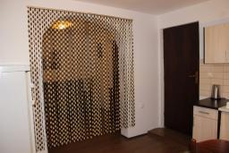 Кухня. Черногория, Шушань : Пятиместные апартаменты с двумя спальными комнатами, кухней-столовой и гостиной