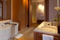 Ванная комната. Черногория, Святой Стефан : Milocer Garden View Suite