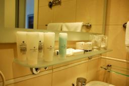 Ванная комната. Черногория, Будва : Номер-галерея