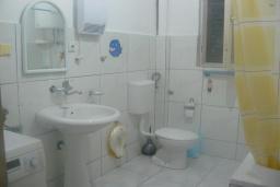 Ванная комната 2. Черногория, Зеленика : Дом с 4-мя спальнями с террасой и видом на море, зеленый сад с фруктовыми деревьями, мангал, Wi-Fi, цифровое ТВ